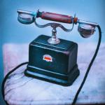 Vieux téléphone illustrant le contact